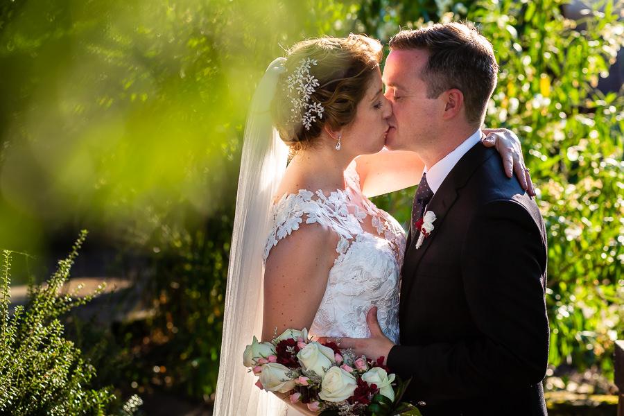 Bodas Jarandilla de la Vera, boda de Clara y David en el Hotel Ruta Imperial, fotos realizadas por Johnny García, fotógrafo de bodas en Cáceres. La pareja se besa en un momento íntimo.