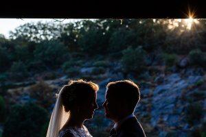 Bodas Jarandilla de la Vera, boda de Clara y David en el Hotel Ruta Imperial, fotos realizadas por Johnny García, fotógrafo de bodas en Cáceres. Los novios por el jardín del hotel.