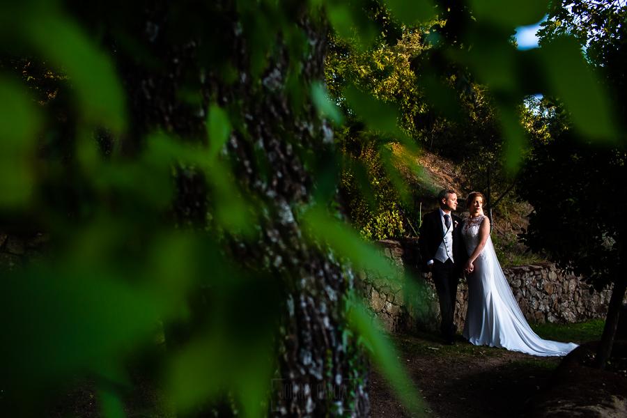 Bodas Jarandilla de la Vera, boda de Clara y David en el Hotel Ruta Imperial, fotos realizadas por Johnny García, fotógrafo de bodas en Cáceres. Un retrato de la pareja por el jardín.