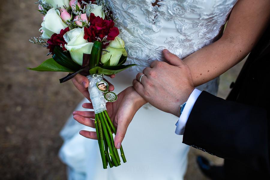 Bodas Jarandilla de la Vera, boda de Clara y David en el Hotel Ruta Imperial, fotos realizadas por Johnny García, fotógrafo de bodas en Cáceres. Un detalle del camafeo del ramo de la novia.