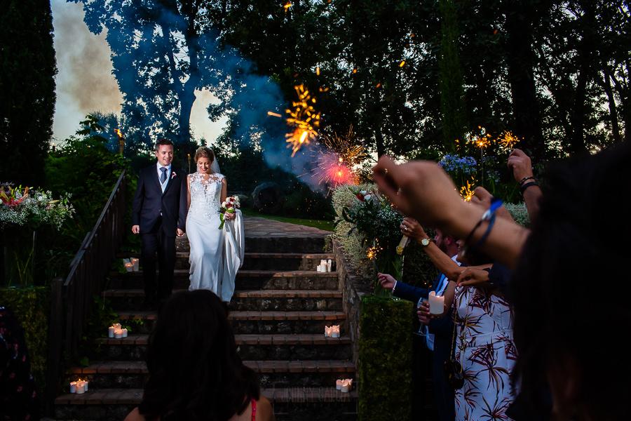 Bodas Jarandilla de la Vera, boda de Clara y David en el Hotel Ruta Imperial, fotos realizadas por Johnny García, fotógrafo de bodas en Cáceres. Reciben a los novios con bengalas.