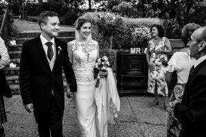 Bodas Jarandilla de la Vera, boda de Clara y David en el Hotel Ruta Imperial, fotos realizadas por Johnny García, fotógrafo de bodas en Cáceres. Los novios entran al jardín del convite.