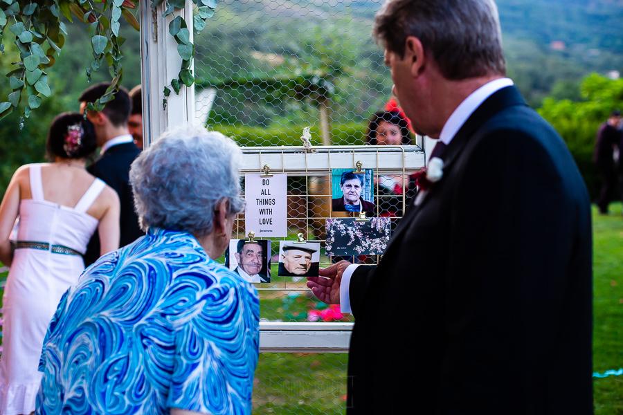 Bodas Jarandilla de la Vera, boda de Clara y David en el Hotel Ruta Imperial, fotos realizadas por Johnny García, fotógrafo de bodas en Cáceres. La abuela mira unas fotos.