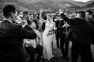 Bodas Jarandilla de la Vera, boda de Clara y David en el Hotel Ruta Imperial, fotos realizadas por Johnny García, fotógrafo de bodas en Cáceres. Los novios bailan con amigos.