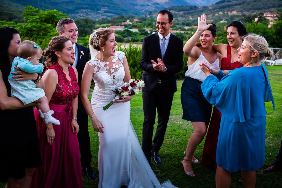 Bodas Jarandilla de la Vera, boda de Clara y David en el Hotel Ruta Imperial, fotos realizadas por Johnny García, fotógrafo de bodas en Cáceres. La pareja junto a sus amigos.