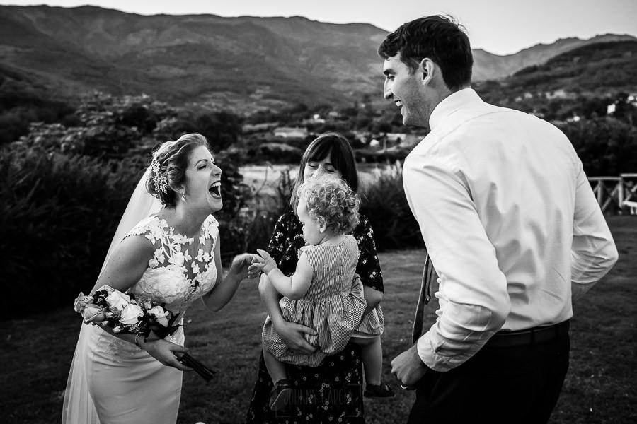 Bodas Jarandilla de la Vera, boda de Clara y David en el Hotel Ruta Imperial, fotos realizadas por Johnny García, fotógrafo de bodas en Cáceres. La novia junto a amigos.