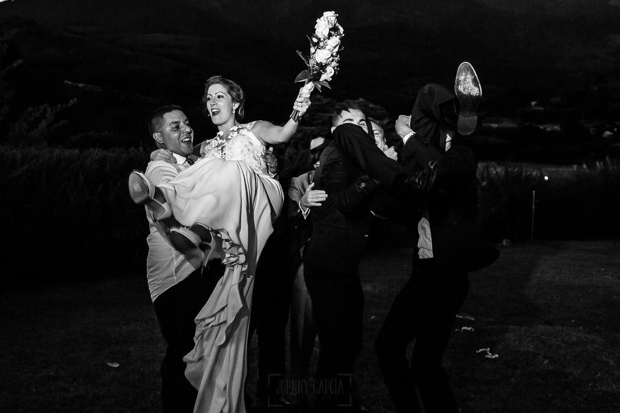 Bodas Jarandilla de la Vera, boda de Clara y David en el Hotel Ruta Imperial, fotos realizadas por Johnny García, fotógrafo de bodas en Cáceres. Los amigos voltean a los novios.