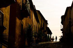 Boda en Aldeanueva del Camino de Sonia y Samuel realizada por el fotógrafo de bodas Johnny García. La pareja en una calle de Granadilla.