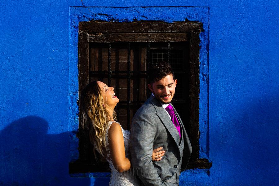 Boda en Aldeanueva del Camino de Sonia y Samuel realizada por el fotógrafo de bodas Johnny García. Susana ríe con Samuel.