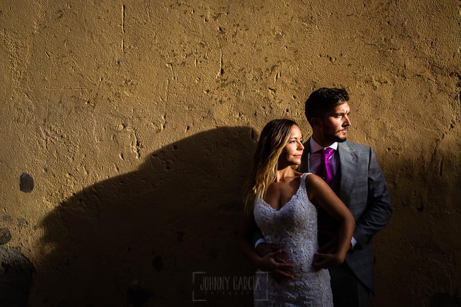 Boda en Aldeanueva del Camino de Sonia y Samuel realizada por el fotógrafo de bodas Johnny García. Los novios en una pared.