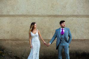 Boda en Aldeanueva del Camino de Sonia y Samuel realizada por el fotógrafo de bodas Johnny García. Retrato de la pareja al lado de la iglesia.