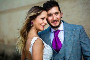 Boda en Aldeanueva del Camino de Sonia y Samuel realizada por el fotógrafo de bodas Johnny García. Foto de cara de los novios.