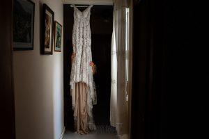 Boda en Aldeanueva del Camino de Sonia y Samuel realizada por el fotógrafo de bodas Johnny García. El vestido de la novia.