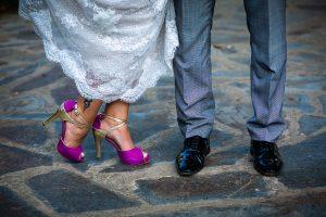 Boda en Aldeanueva del Camino de Sonia y Samuel realizada por el fotógrafo de bodas Johnny García. Los zapatos de los novios.