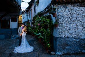 Boda en Aldeanueva del Camino de Sonia y Samuel realizada por el fotógrafo de bodas Johnny García. Una de las calles típicas de Hervás.