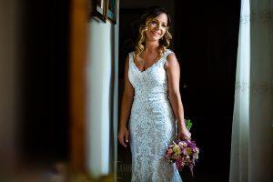 Boda en Aldeanueva del Camino de Sonia y Samuel realizada por el fotógrafo de bodas Johnny García. Sonia con su ramo de novia.