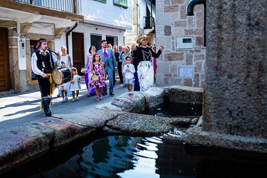 Boda en Aldeanueva del Camino de Sonia y Samuel realizada por el fotógrafo de bodas Johnny García. Samuel de camino a la ceremonia acompañado de sus familiares