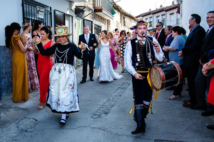 Boda en Aldeanueva del Camino de Sonia y Samuel realizada por el fotógrafo de bodas Johnny García. Sonia sale de casa acompañada por el tamborilero y su familia