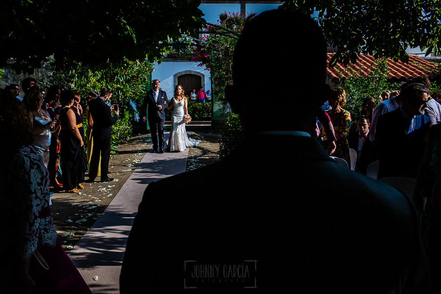 Boda en Aldeanueva del Camino de Sonia y Samuel realizada por el fotógrafo de bodas Johnny García. Sonia llega al lugar de la ceremonia
