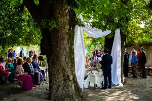 Boda en Aldeanueva del Camino de Sonia y Samuel realizada por el fotógrafo de bodas Johnny García. La pareja de novios en el altar.