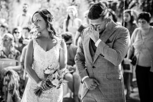 Boda en Aldeanueva del Camino de Sonia y Samuel realizada por el fotógrafo de bodas Johnny García. Samuel se emociona por las palabras de su prima.