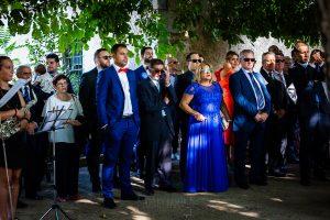 Boda en Aldeanueva del Camino de Sonia y Samuel realizada por el fotógrafo de bodas Johnny García. Invitados en la ceremonia.