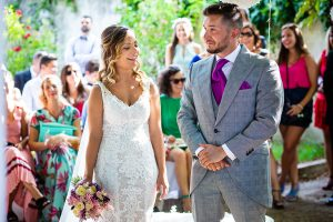 Boda en Aldeanueva del Camino de Sonia y Samuel realizada por el fotógrafo de bodas Johnny García. La pareja de novios se mira durante la ceremonia.