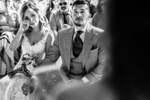 Boda en Aldeanueva del Camino de Sonia y Samuel realizada por el fotógrafo de bodas Johnny García. La novia se emociona.