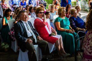 Boda en Aldeanueva del Camino de Sonia y Samuel realizada por el fotógrafo de bodas Johnny García. Las abuelas emocionadas.