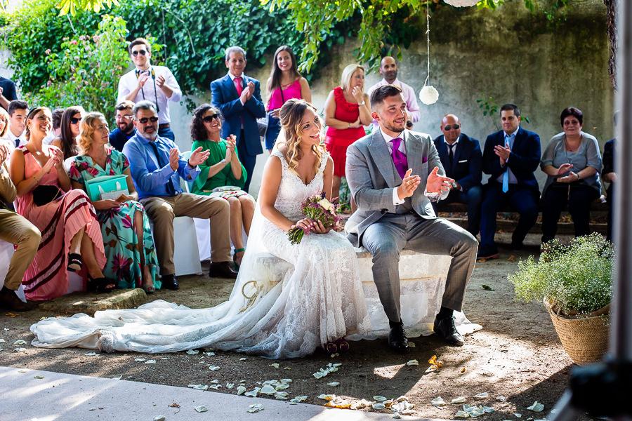 Boda en Aldeanueva del Camino de Sonia y Samuel realizada por el fotógrafo de bodas Johnny García. Un retrato de los novios durante la ceremonia.