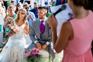 Boda en Aldeanueva del Camino de Sonia y Samuel realizada por el fotógrafo de bodas Johnny García. Sonia ríe con una anécdota que cuenta su prima.