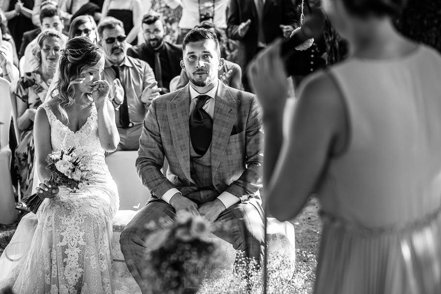 Boda en Aldeanueva del Camino de Sonia y Samuel realizada por el fotógrafo de bodas Johnny García. La pareja emocionada.