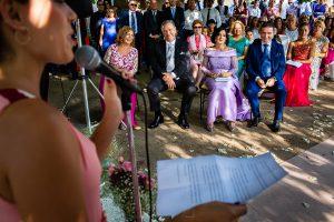Boda en Aldeanueva del Camino de Sonia y Samuel realizada por el fotógrafo de bodas Johnny García. Los padres escuchan las palabras que les dedican a los novios.