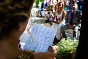 Boda en Aldeanueva del Camino de Sonia y Samuel realizada por el fotógrafo de bodas Johnny García. La prima de Samuel les dice unas palabras.