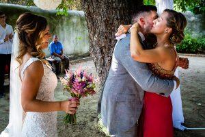 Boda en Aldeanueva del Camino de Sonia y Samuel realizada por el fotógrafo de bodas Johnny García. Samuel abraza a su prima.