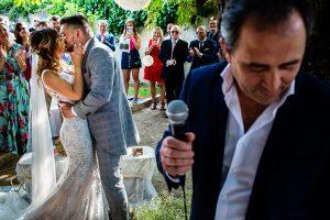 Boda en Aldeanueva del Camino de Sonia y Samuel realizada por el fotógrafo de bodas Johnny García. Los novios se besan.