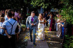 Boda en Aldeanueva del Camino de Sonia y Samuel realizada por el fotógrafo de bodas Johnny García. Momento de salir de la ceremonia con el arroz que tiran los invitados.