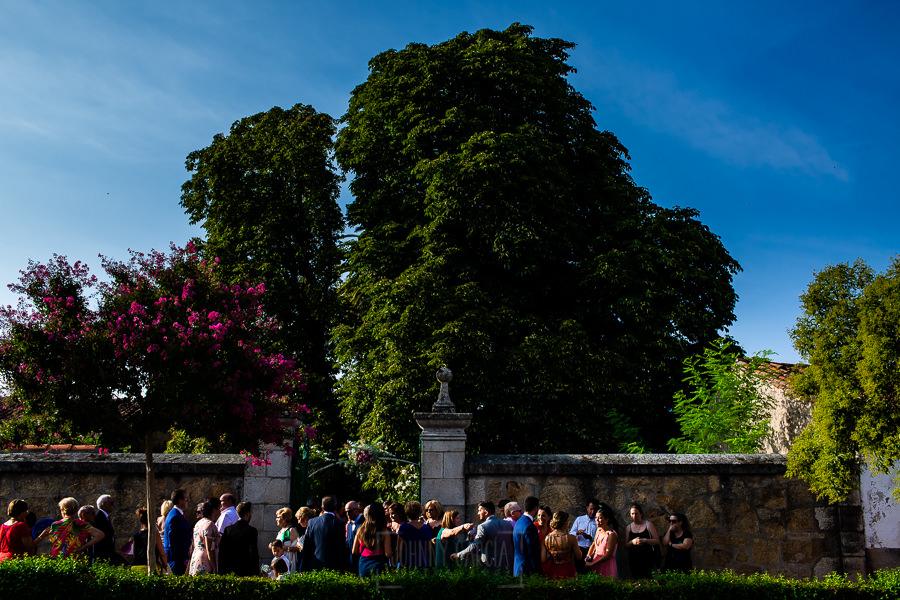 Boda en Aldeanueva del Camino de Sonia y Samuel realizada por el fotógrafo de bodas Johnny García. Vista exterior del jardín de La Masides.