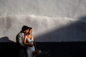 Boda en Aldeanueva del Camino de Sonia y Samuel realizada por el fotógrafo de bodas Johnny García. Retrato de la pareja.