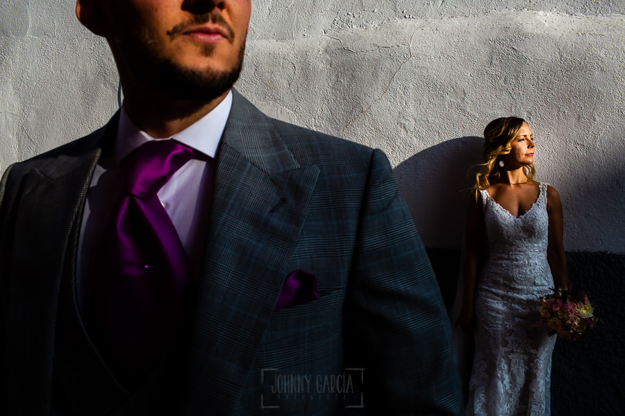 Boda en Aldeanueva del Camino de Sonia y Samuel realizada por el fotógrafo de bodas Johnny García. Retrato de Sonia con un primer plano de Samuel.