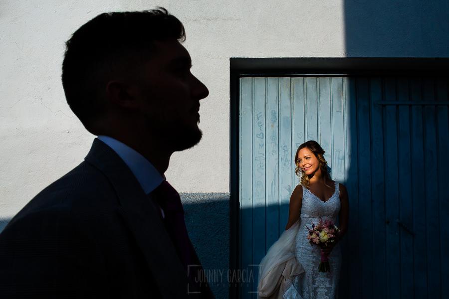 Boda en Aldeanueva del Camino de Sonia y Samuel realizada por el fotógrafo de bodas Johnny García. La sombra de Samuel y al fondo Sonia.