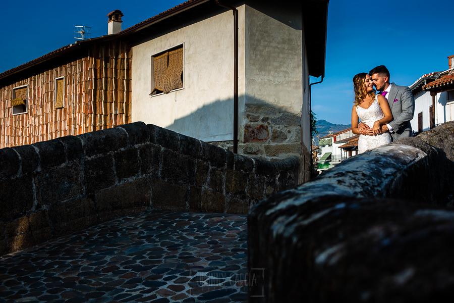 Boda en Aldeanueva del Camino de Sonia y Samuel realizada por el fotógrafo de bodas Johnny García. Una foto de los novios en el puente romano de Aldeanueva del Camino.