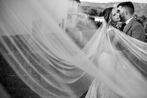 Boda en Aldeanueva del Camino de Sonia y Samuel realizada por el fotógrafo de bodas Johnny García. Un retrato de la pareja por Aldeanueva.