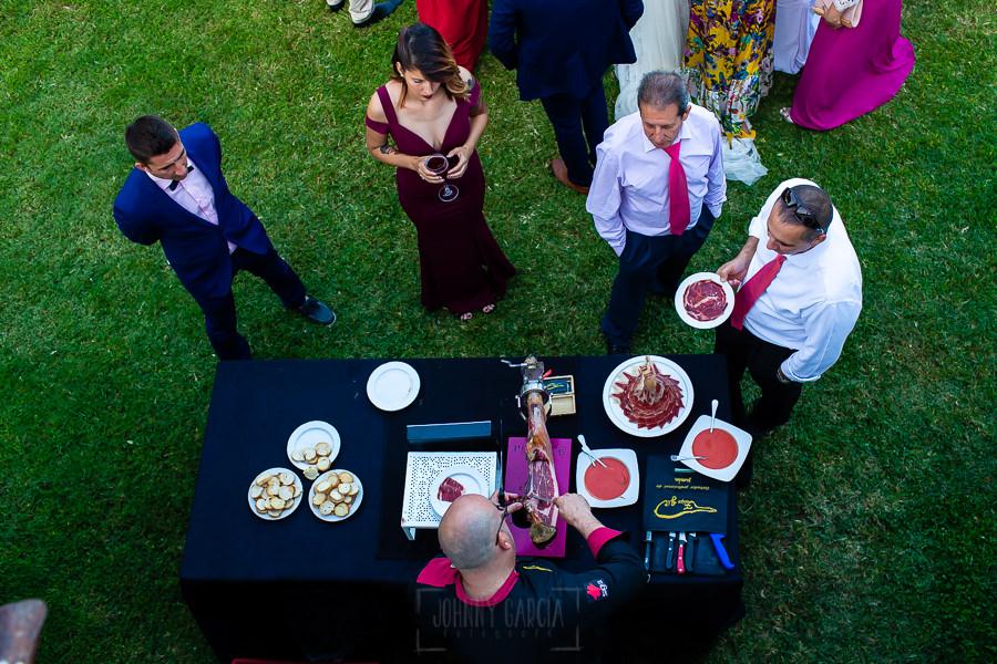 Boda en Aldeanueva del Camino de Sonia y Samuel realizada por el fotógrafo de bodas Johnny García. Detalle de la mesa de corte de jamón.