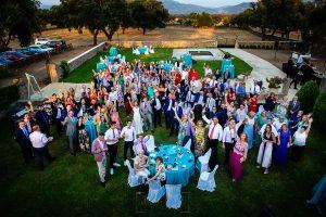 Boda en Aldeanueva del Camino de Sonia y Samuel realizada por el fotógrafo de bodas Johnny García. Una foto de grupo de todos los invitados de la boda.