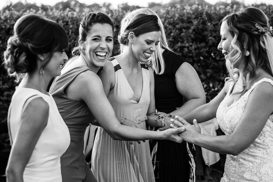 Boda en Aldeanueva del Camino de Sonia y Samuel realizada por el fotógrafo de bodas Johnny García. Amigas de la novia.