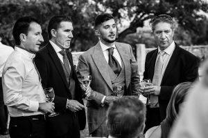 Boda en Aldeanueva del Camino de Sonia y Samuel realizada por el fotógrafo de bodas Johnny García. Amigos del novio.