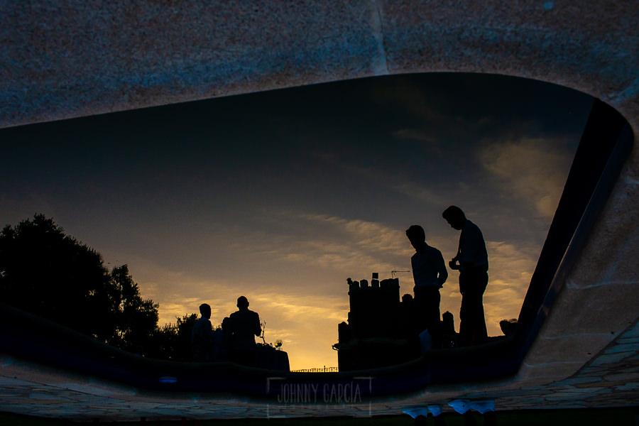 Boda en Aldeanueva del Camino de Sonia y Samuel realizada por el fotógrafo de bodas Johnny García. Reflejo en la piscina de la finca de bodas.