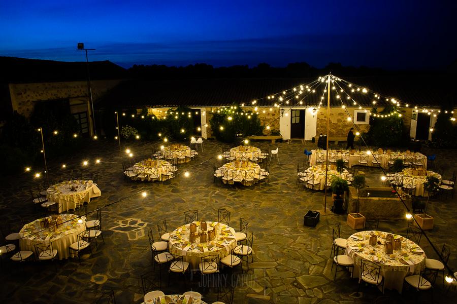 Boda en Aldeanueva del Camino de Sonia y Samuel realizada por el fotógrafo de bodas Johnny García. Detalle de la zona del banquete.