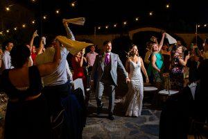 Boda en Aldeanueva del Camino de Sonia y Samuel realizada por el fotógrafo de bodas Johnny García. Los novios entran al banquete.